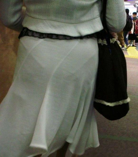 薄手のスカートからの透けパンティがくっそエロいwwwwwww【画像30枚】17_20180120012316bf6.jpg