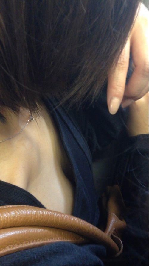 【ガン見】よく見たら電車内で胸チラしてる素人女子がいっぱいいる件wwwwwww【画像30枚】17_20180210205617ecb.jpg
