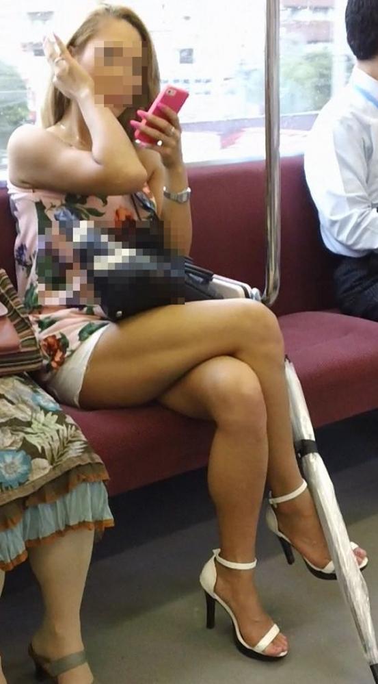 【ガン見】電車で座ってる女の子の脚がエロくてどうしても見てしまうwwwwwww【画像30枚】17_201802230220100d4.jpg
