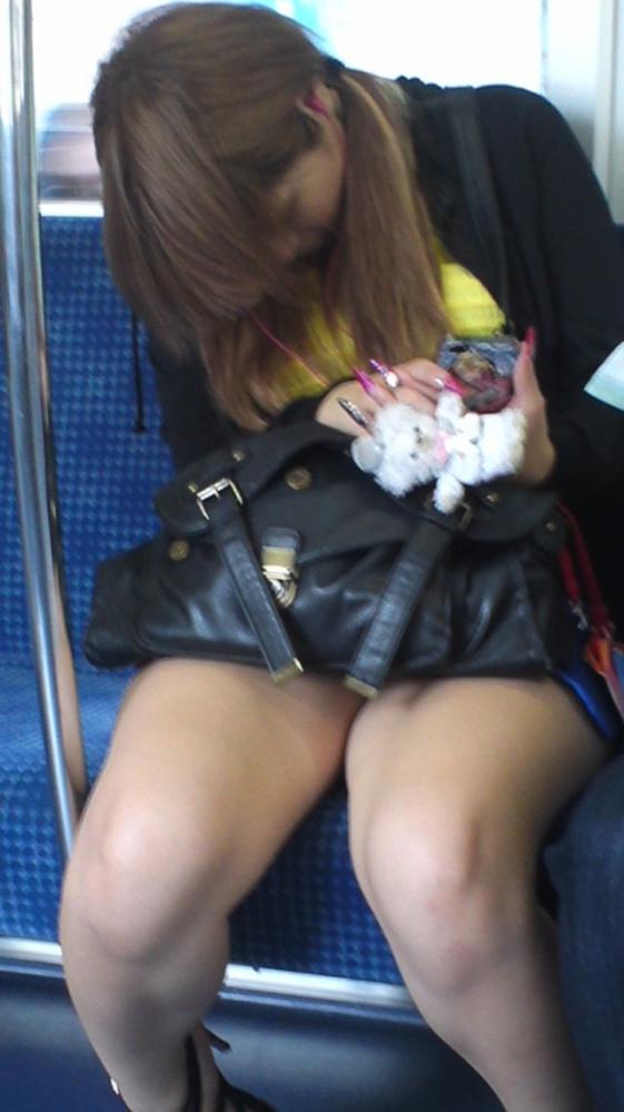 電車内で盗み撮りされた素人のパンチラ&太ももがコレwwwwwww【画像30枚】17_20180406002913ac6.jpg
