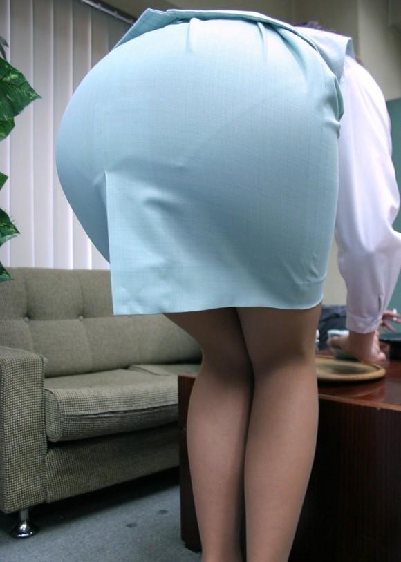 服の上からでも分かるエロいおしりを持った女の子サイコーwwwwwww【画像30枚】18_20171015011836156.jpg