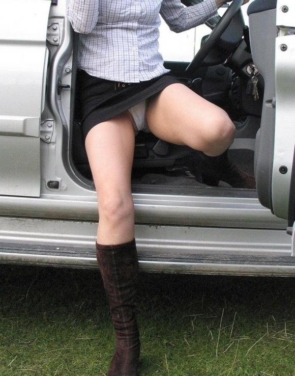 車から乗り降りする時のパンチラが多すぎるwwwwwww【画像30枚】18_20171226023921541.jpg