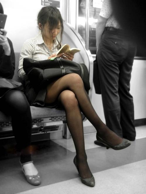 【ガン見】電車で座ってる女の子の脚がエロくてどうしても見てしまうwwwwwww【画像30枚】18_2018022302201172e.jpg