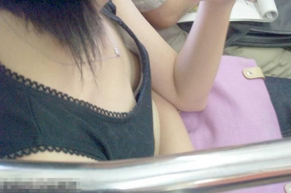 電車内でどうしても目に入る素人女子の胸チラがエロすぎるwwwwwww【画像30枚】18_20180327011430bcc.jpg