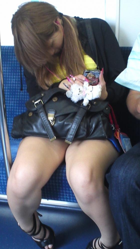 電車内で盗み撮りされた素人のパンチラ&太ももがコレwwwwwww【画像30枚】18_201804060029150e5.jpg