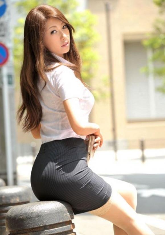 必ずセクハラしたくなるwwwOLさんのタイトスカート!【画像30枚】18_20180714010959f92.jpg