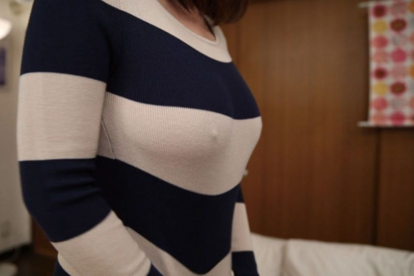【素人おっぱい画像】ノーブラで乳首ポッチしてる素人wwwwwww【画像30枚】18_20180919144015d63.jpg
