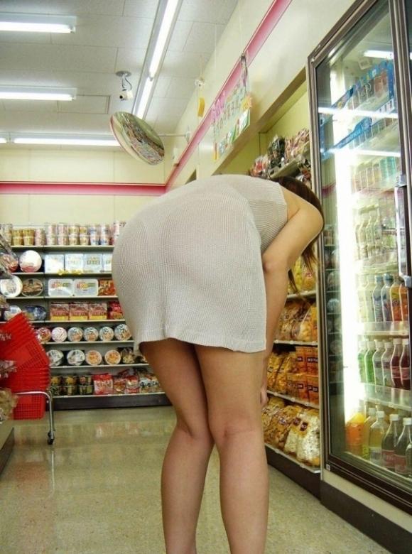 薄手のスカートからの透けパンティがくっそエロいwwwwwww【画像30枚】19_20180120012319ac3.jpg