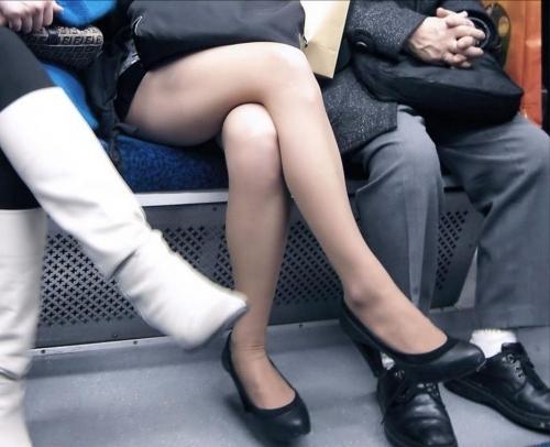 【ガン見】電車で座ってる女の子の脚がエロくてどうしても見てしまうwwwwwww【画像30枚】19_20180223022013536.jpg