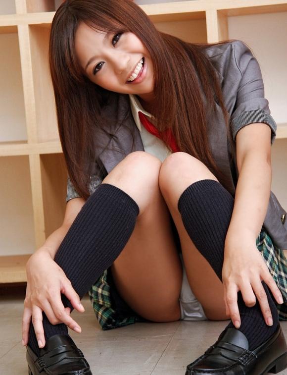 【女子校生】可愛いJKのしゃがみ込みパンチラにムラムラしてくるwwwwwww【画像30枚】19_20180401235512183.jpg