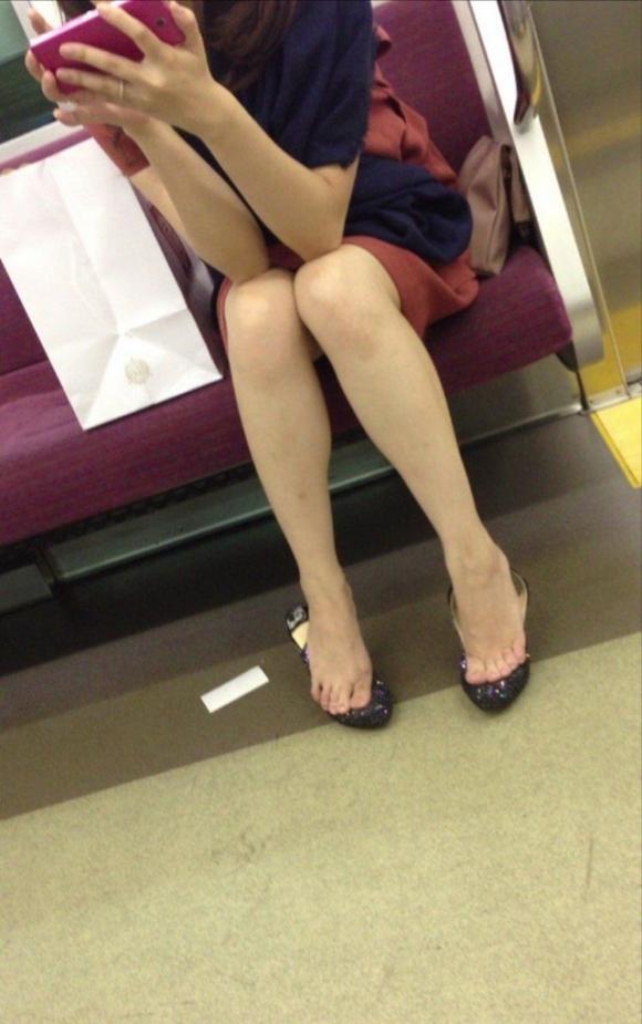 電車内で盗み撮りされた素人のパンチラ&太ももがコレwwwwwww【画像30枚】19_20180406002916209.jpg