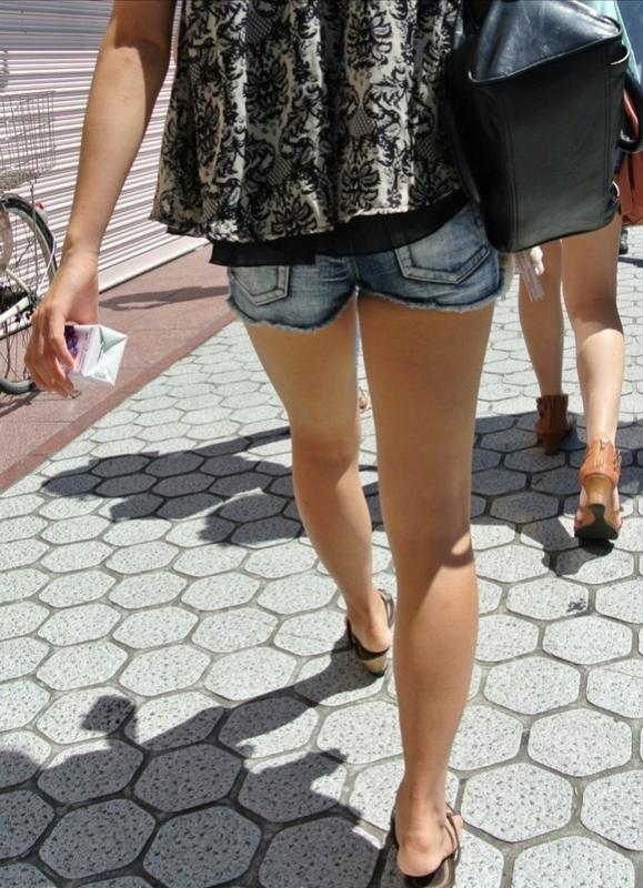 街でホットパンツの女の子を見るとどうしても目がいってしまうwwwwwww【画像30枚】19_2018060901092818e.jpg
