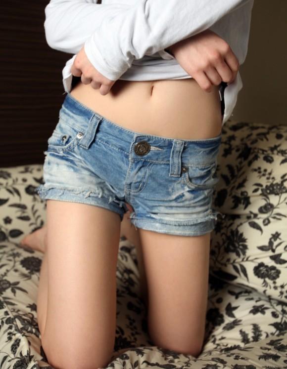 女の子が着るホットパンツっていうエロい服装wwwwwww【画像30枚】19_201807080032510d2.jpg