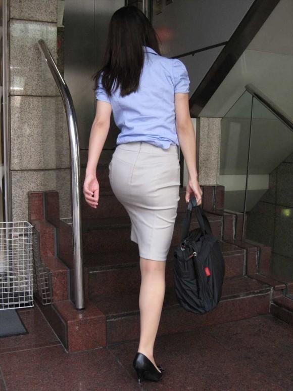 必ずセクハラしたくなるwwwOLさんのタイトスカート!【画像30枚】19_201807140110008ad.jpg