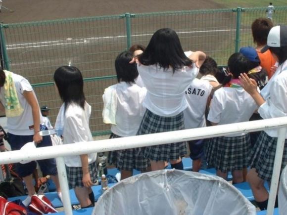 【女子校生】薄着になる夏はJKの透けブラを大量ゲットできる季節wwwwwww【画像30枚】19_201807260040221ce.jpg