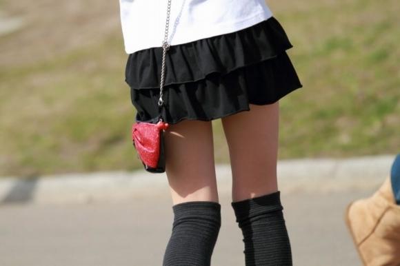 ミニスカートの女の子ってどうしても目がいってしまうwwwwwww【画像30枚】20_201710010240191e5.jpg
