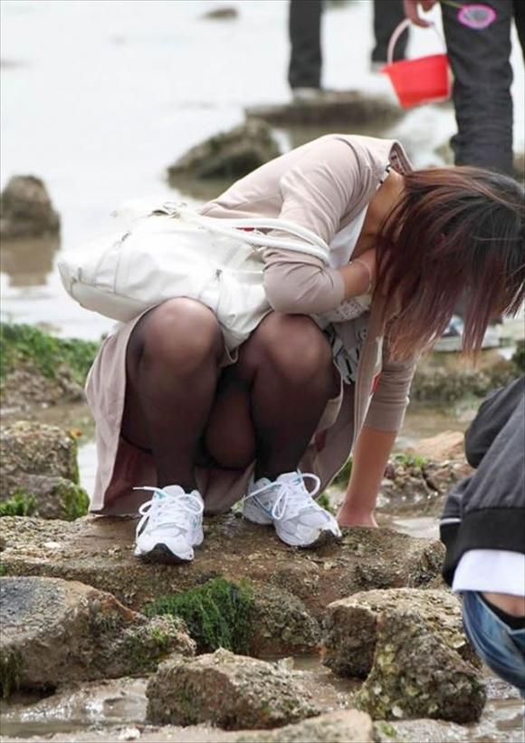 スカート履いてる女の子の気が緩むとすぐパンチラしちゃうwwwwwww【画像30枚】20_20171017115718bfa.jpg