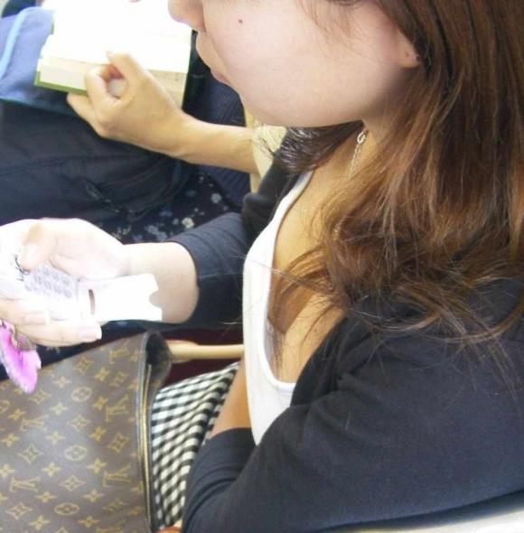 【ガン見】よく見たら電車内で胸チラしてる素人女子がいっぱいいる件wwwwwww【画像30枚】20_2018021020562104b.jpg