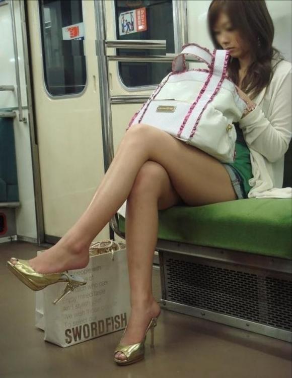 【ガン見】電車で座ってる女の子の脚がエロくてどうしても見てしまうwwwwwww【画像30枚】20_20180223022014dad.jpg