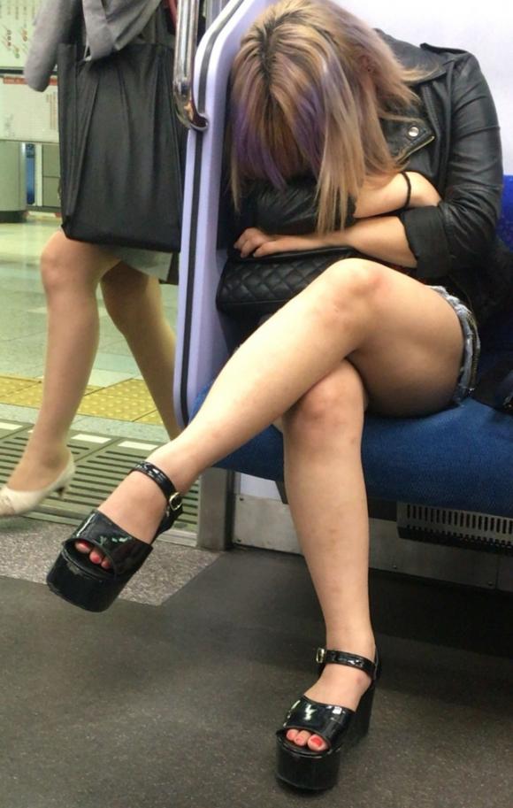 電車内で盗み撮りされた素人のパンチラ&太ももがコレwwwwwww【画像30枚】20_201804060029182b2.jpg