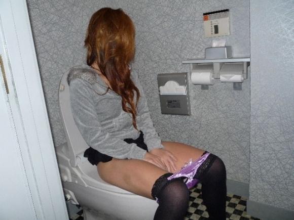 【流出画像】トイレに座ってる彼女をコソリ撮って晒す男グッジョブ!wwwwwww【画像30枚】20_20180504014017950.jpg