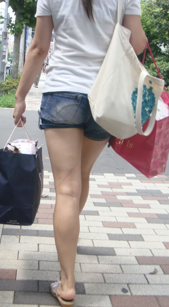 街でホットパンツの女の子を見るとどうしても目がいってしまうwwwwwww【画像30枚】20_20180609010930874.jpg
