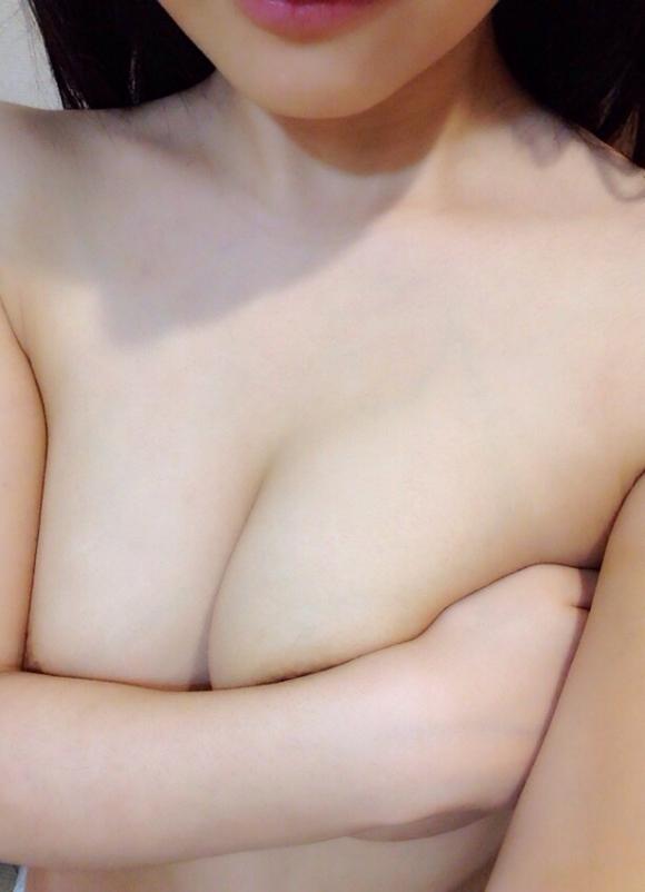 【素人おっぱい画像】手ブラで隠し切れない巨乳を自慢する自撮り女子wwwwwww【画像30枚】20_2018081501142601f.jpg
