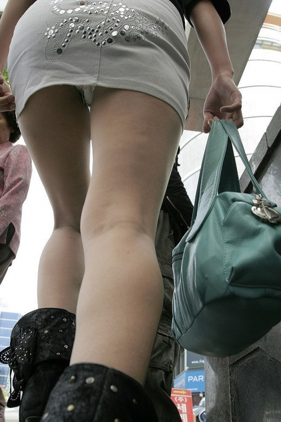 下からパンチラ狙われてる女の子多すぎ!後方注意して歩いた方がいい!wwwwwww【画像30枚】21_2017120500570778f.jpg