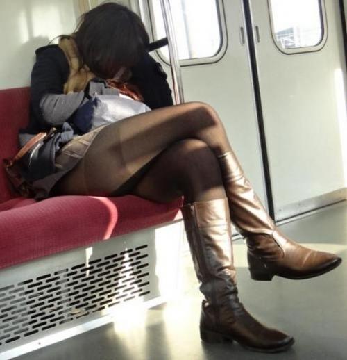 【ガン見】電車で座ってる女の子の脚がエロくてどうしても見てしまうwwwwwww【画像30枚】21_201802230220458f1.jpg