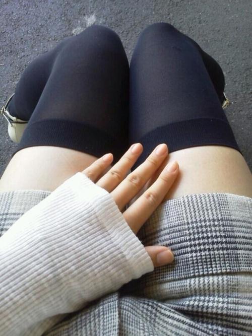 ニーハイ履いた女の子の脚がマジでたまらんwwwwwww【画像30枚】21_20180508011757d55.jpg