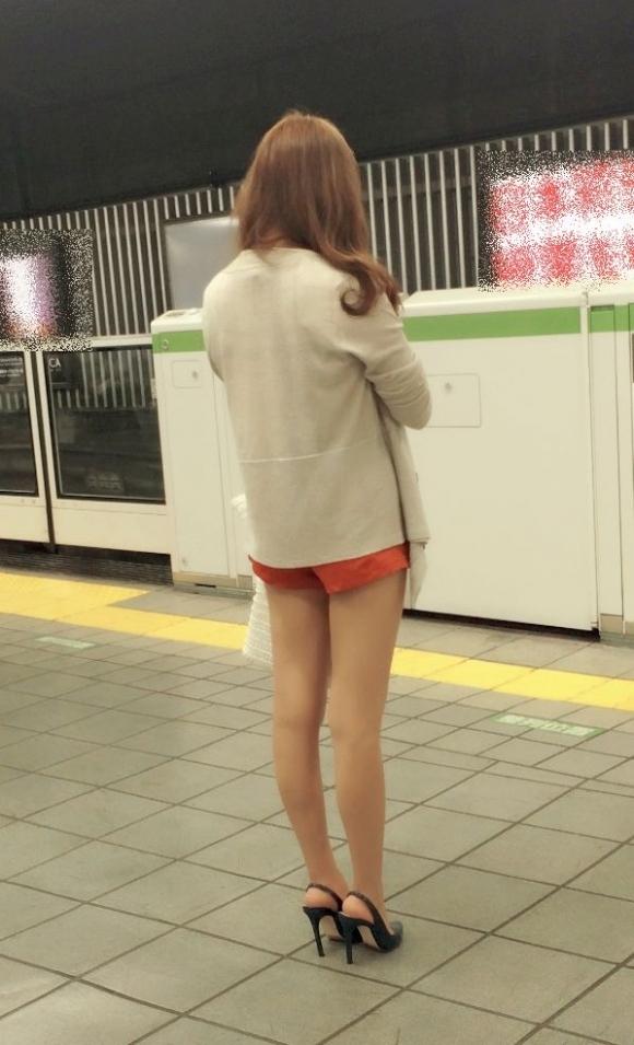 街でホットパンツの女の子を見るとどうしても目がいってしまうwwwwwww【画像30枚】21_20180609011043b94.jpg