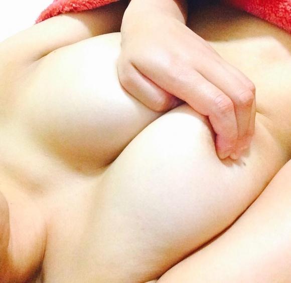【素人おっぱい画像】手ブラで隠し切れない巨乳を自慢する自撮り女子wwwwwww【画像30枚】21_2018081501150973c.jpg