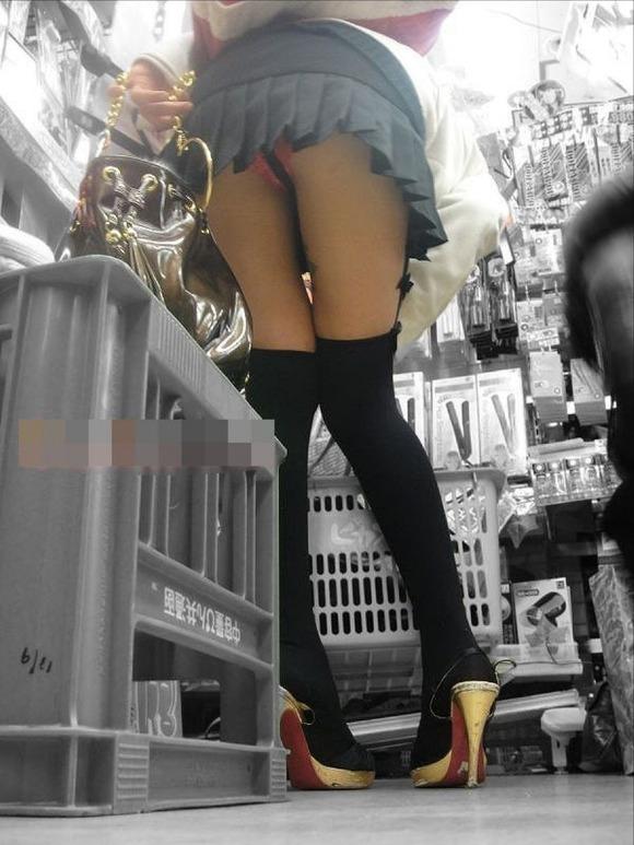 下からパンチラ狙われてる女の子多すぎ!後方注意して歩いた方がいい!wwwwwww【画像30枚】22_20171205005709596.jpg