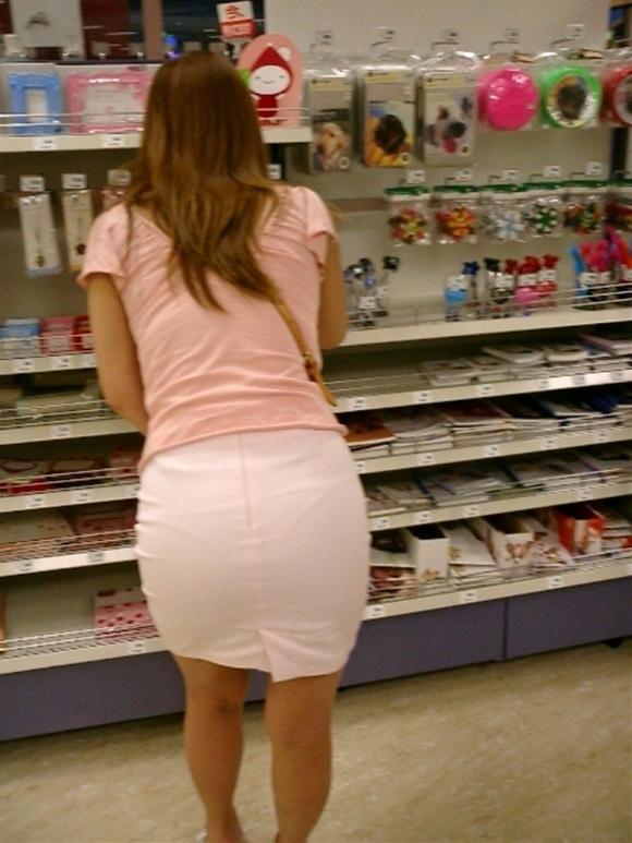 薄手のスカートからの透けパンティがくっそエロいwwwwwww【画像30枚】22_20180120012404ac7.jpg