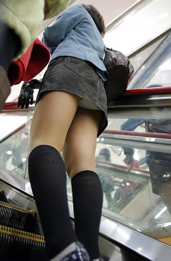 若い娘を狙ったローアングルパンチラがエグいwwwwwww【画像30枚】22_2018020801060618e.jpg