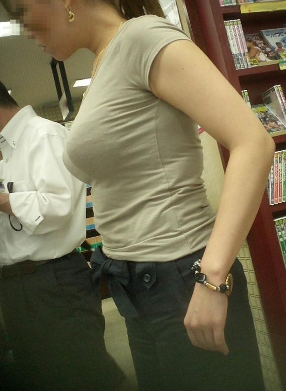 パツンパツンの着衣巨乳の女の子をたまに見るけど羨ましいよなぁぁぁwwwwwww【画像30枚】22_20180328010019941.jpg