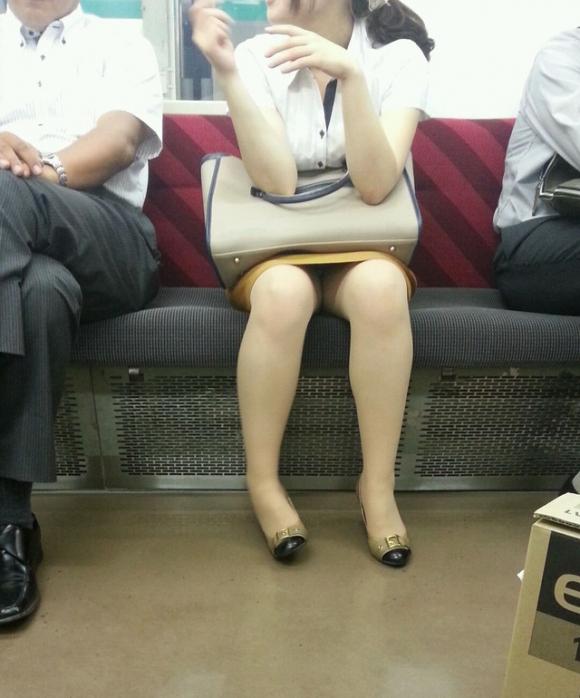 電車内で盗み撮りされた素人のパンチラ&太ももがコレwwwwwww【画像30枚】22_20180406003146765.jpg