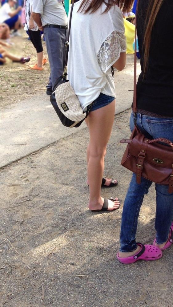 街でホットパンツの女の子を見るとどうしても目がいってしまうwwwwwww【画像30枚】22_2018060901104599b.jpg
