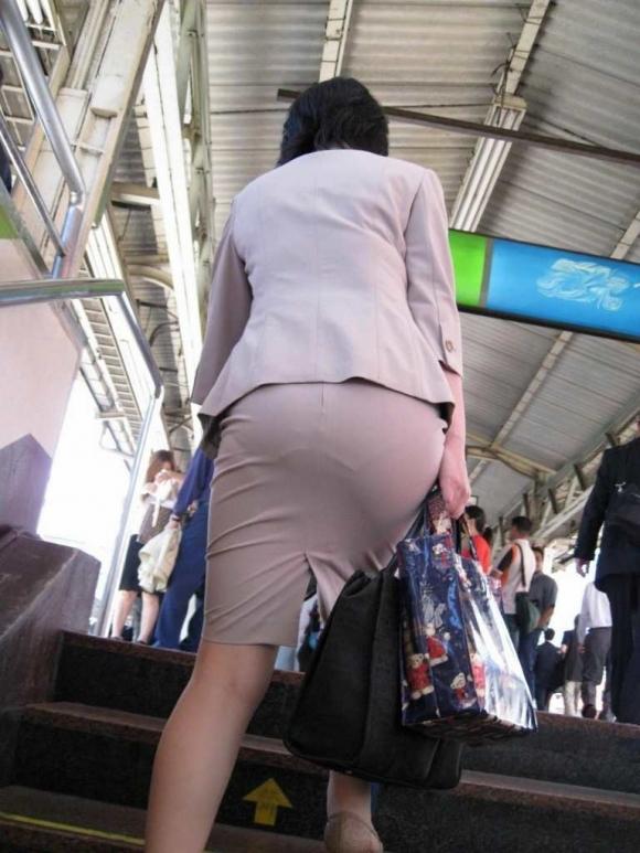 パツパツのタイトスカートからのおしりがエロい!【画像30枚】22_20180805235738db7.jpg