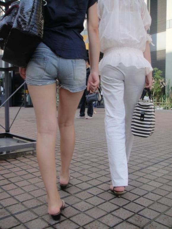 街でホットパンツの女の子を見るとどうしても目がいってしまうwwwwwww【画像30枚】23_201806090110460d2.jpg