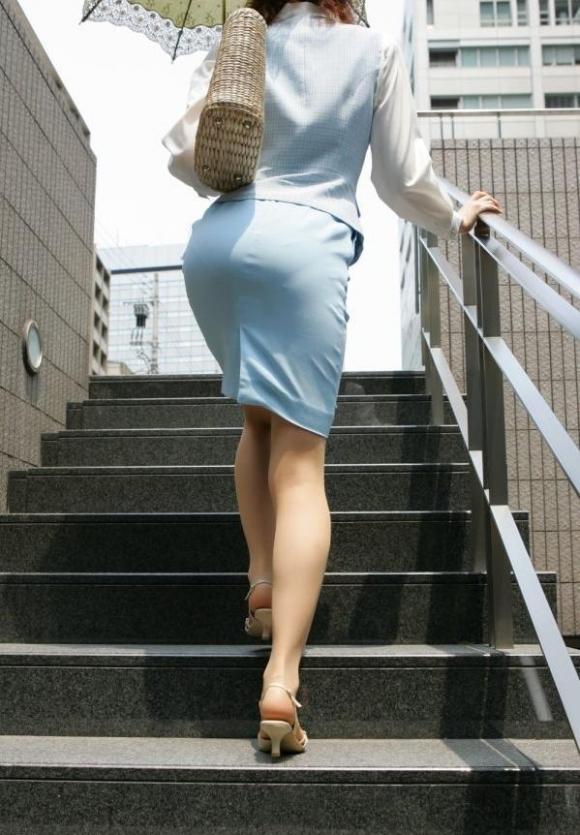 タイトスカート履いてるOLのピタっと感がエロいwwwwwww【画像30枚】24_201712030154143a9.jpg