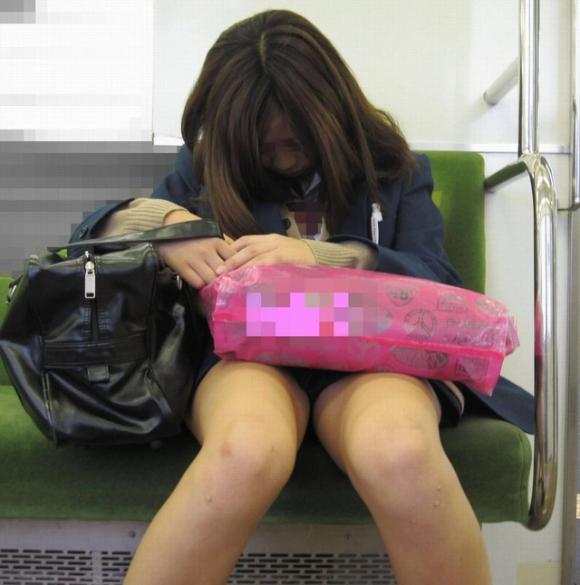 電車内で盗み撮りされた素人のパンチラ&太ももがコレwwwwwww【画像30枚】24_2018040600314986e.jpg