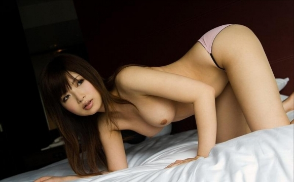 ベッドの上でおっぱい丸出しになってセックスの準備満タンな女の子wwwwwww【画像30枚】24_20180408001723703.jpg