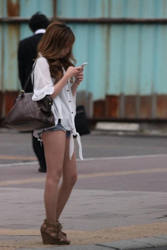 街でホットパンツの女の子を見るとどうしても目がいってしまうwwwwwww【画像30枚】24_20180609011047cca.jpg
