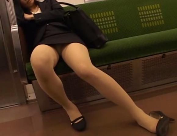 お股がユルくて対面の人にパンチラしちゃってる女の子wwwwwww【画像30枚】25_20171014014551d99.jpg