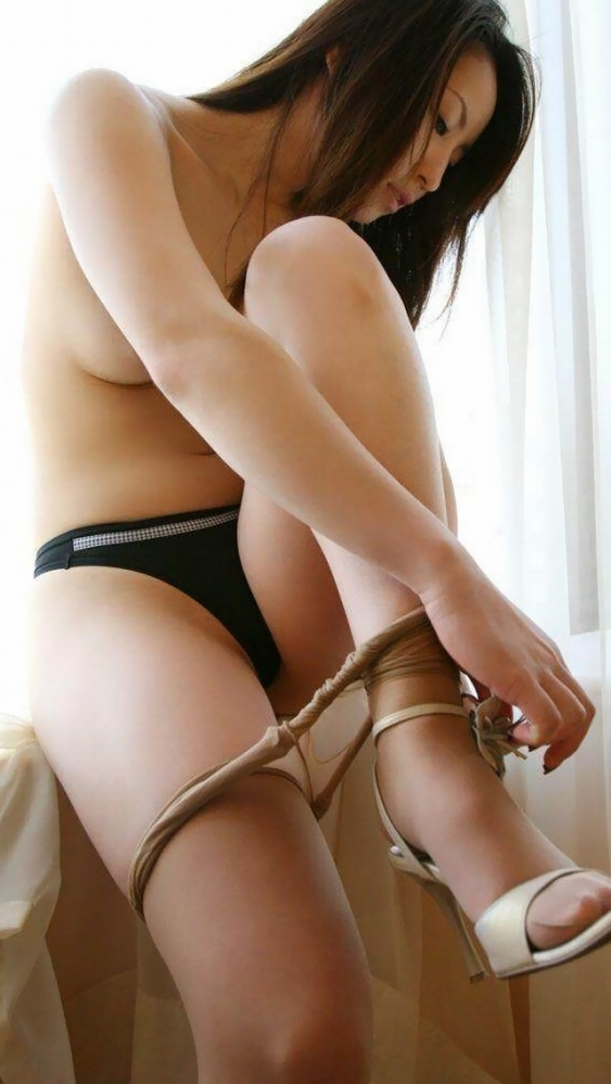 ストッキングを脱いでる女の子の仕草がセクシーすぎて困るwwwwwww【画像30枚】25_20171025013411550.jpg