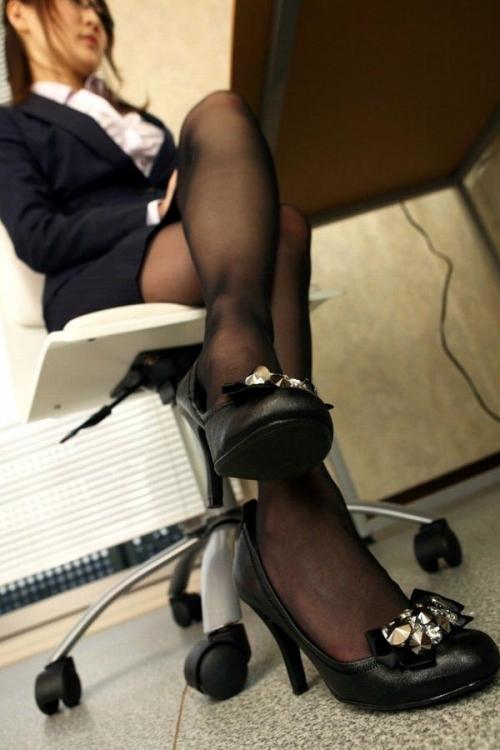 黒ストッキングを履いた美脚に足フェチ歓喜!wwwwwww【画像30枚】25_20171122015350dca.jpg
