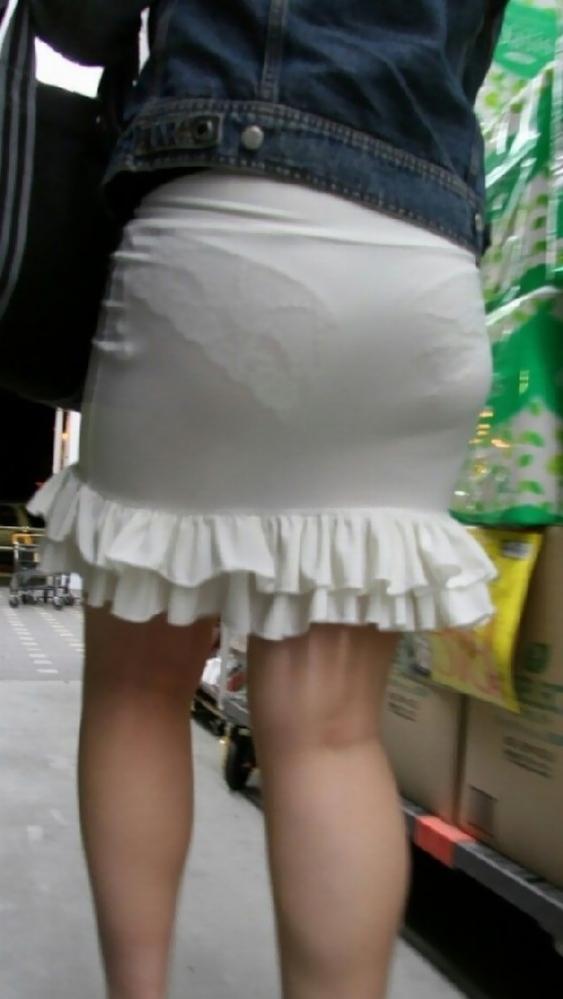 薄手のスカートからの透けパンティがくっそエロいwwwwwww【画像30枚】25_20180120012407ed9.jpg