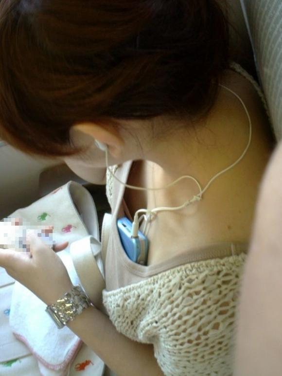 【ガン見】よく見たら電車内で胸チラしてる素人女子がいっぱいいる件wwwwwww【画像30枚】25_20180210205709f4c.jpg