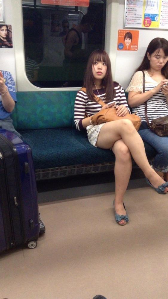電車内で盗み撮りされた素人のパンチラ&太ももがコレwwwwwww【画像30枚】25_20180406003150b06.jpg
